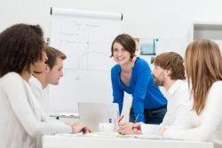 Symbolbild: Junges motiviertes Business-Team in einer Besprechung