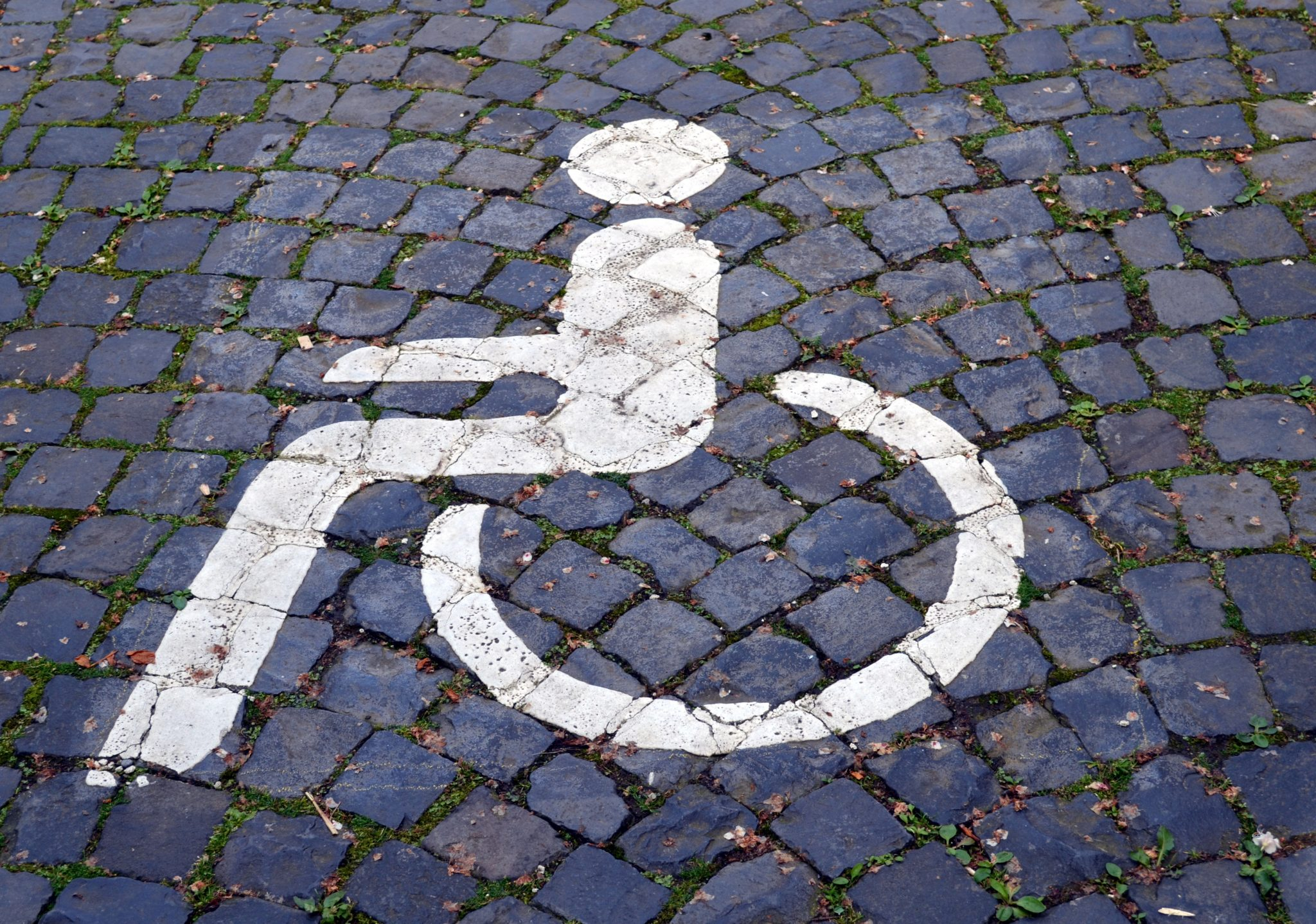 Rollstuhlpiktogramm auf Pflastersteinen
