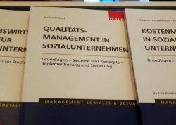 Coverabbildung Buch Qualitätsmanagement in Sozialunternehmen mit anderen Werken aufgereiht