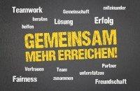 Gemeinsam mehr erreichen! steht in gelben Großbuchstaben zwischen weißen Schlagworten zum Team Teamwork