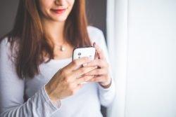 Gesundheits-Apps auf Rezept? Frau mit Handy