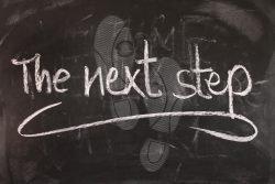 """Schiefertafel mit dem Text """"The next step"""""""